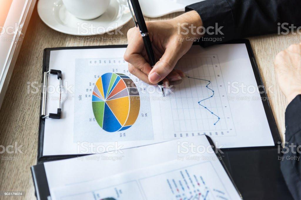 Gens d'affaires travaillant avec plan financier au bureau. Débats sur concept commercial - Photo