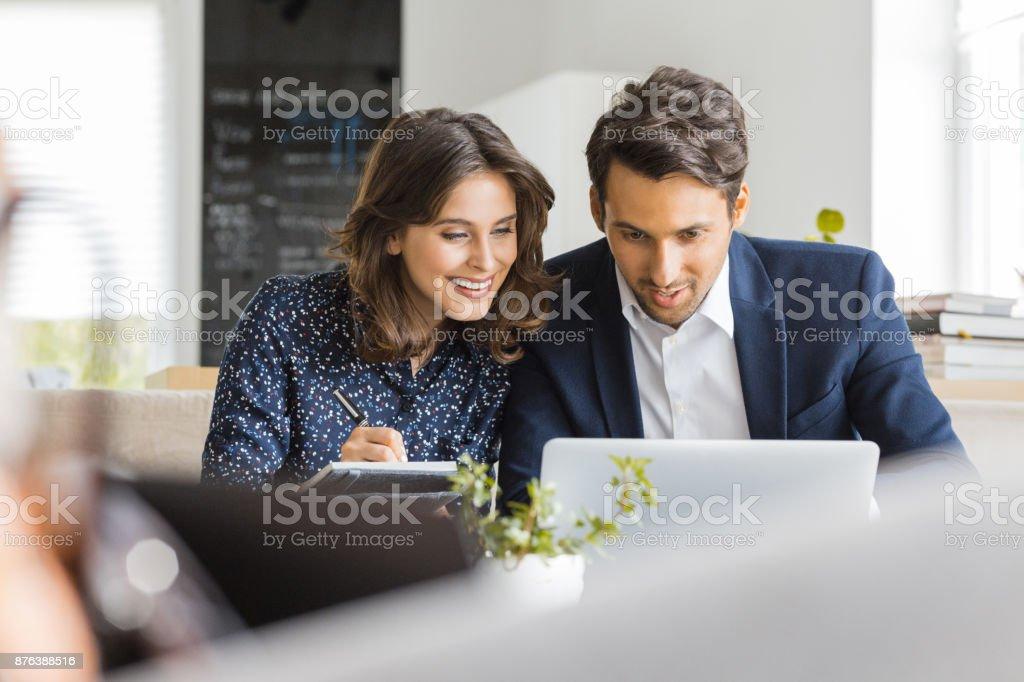 Geschäftsleute, die mit Laptop im café Lizenzfreies stock-foto