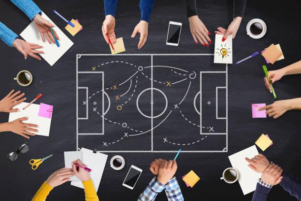 povos estratégia de negócios na mesa de reunião - equipa de futebol - fotografias e filmes do acervo
