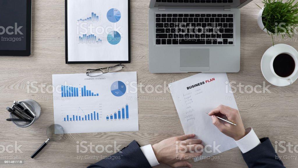 Geschäftsperson Notizen in ihren Business-Plan, neue Ideen aufschreiben – Foto