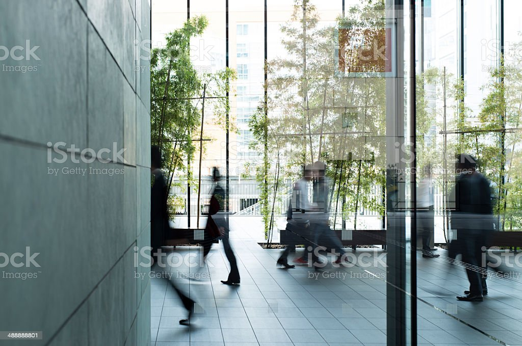 Geschäftsmann zu Fuß in einen städtischen Gebäude Lizenzfreies stock-foto