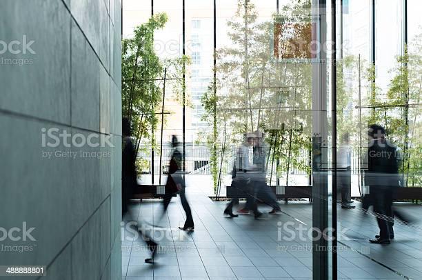 Geschäftsmann Zu Fuß In Einen Städtischen Gebäude Stockfoto und mehr Bilder von Büro