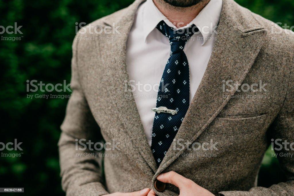 d4ed1699e00bc Uma pessoa de negócios com um prendedor de gravata chique, a forma de um  carro
