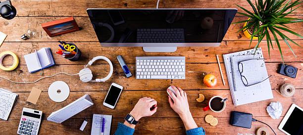 działalności osób pracujących na biurko w biurze smartwatch - akcesorium osobiste zdjęcia i obrazy z banku zdjęć