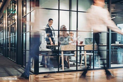 Personas de negocios caminando y trabajando alrededor del edificio de oficinas