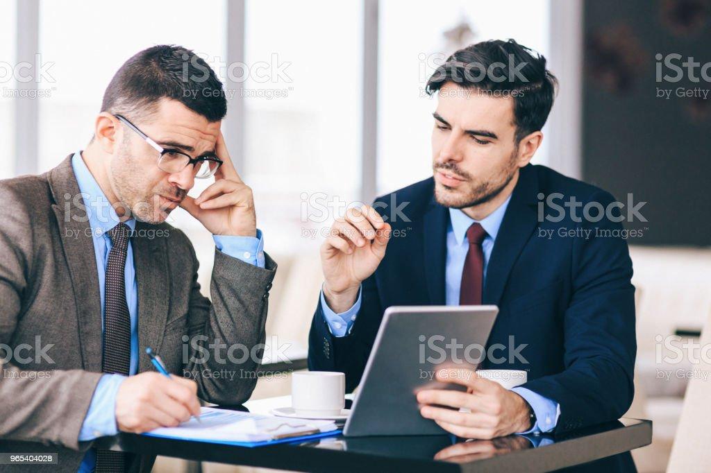 비즈니스 pertners 카페에서 이야기 - 로열티 프리 Employee 스톡 사진