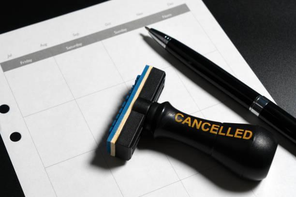 geschäftsplanung leeren kalender, kugelschreiber und stornierten stempel gestempelt auf schwarzem hintergrund. - kündigung arbeitsvertrag stock-fotos und bilder
