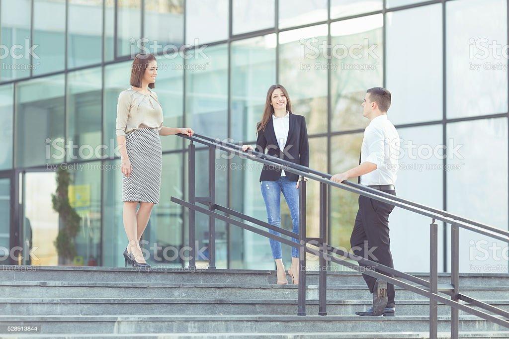 Negócios pessoas, em frente ao prédio de escritórios - foto de acervo