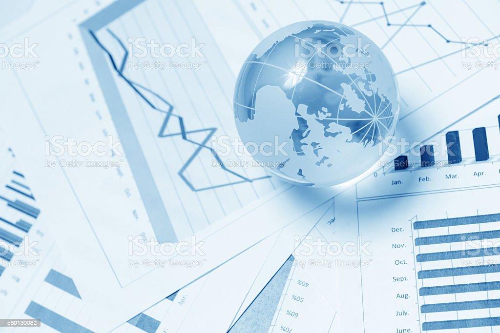 Business-Präsentation mit glboe und Tabelle auf dem Schreibtisch  – Foto