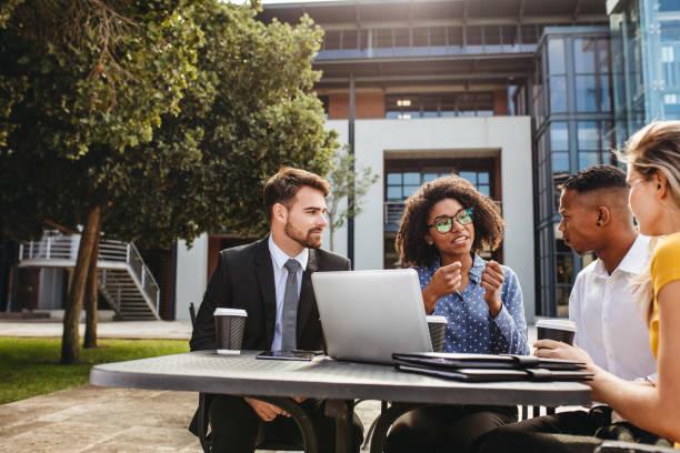商務專業人士討論辦公室自助餐廳的工作 - 年輕成年人 個照片及圖片檔