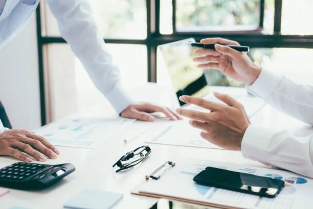 Business-Projektteam arbeitet im Sitzungssaal im Büro zusammen. – Foto
