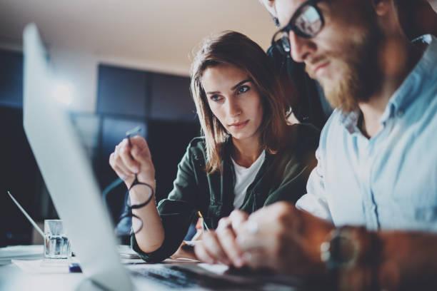 Business-Projekt-Team auf meeting-Raum im Büro zusammenarbeiten. Horizontal.Blurred Hintergrund. Flammt auf. – Foto