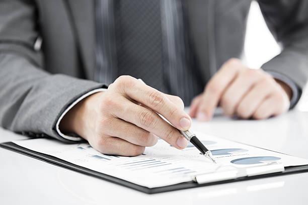 business Mann hand mit Bericht und Stift – Foto