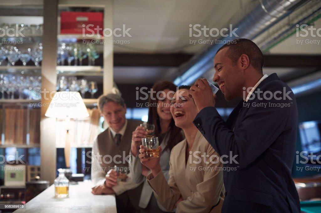 Geschäft zurückzieht, Trinken in der Bar, Happy Hour. – Foto