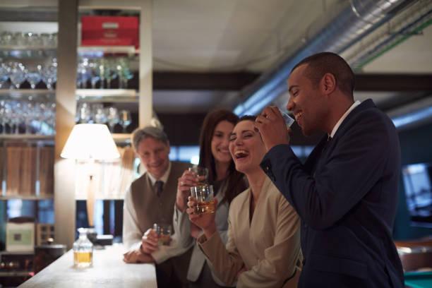ビジネスのリトリート、バーで飲む幸せな時間。 - 正装イベント ストックフォトと画像