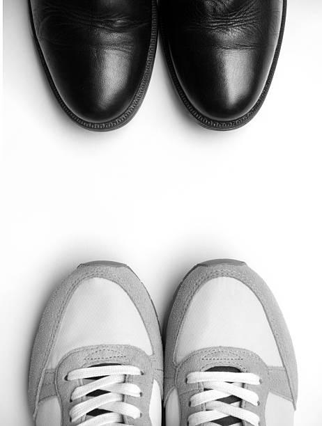 business-schuhen und sneakers nahaufnahme auf weiß - budapester schuhe stock-fotos und bilder