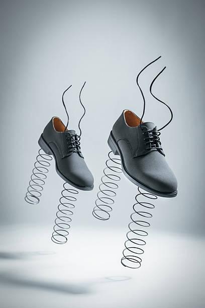 scarpe con sorgenti d'affari saltando da soli - molla foto e immagini stock