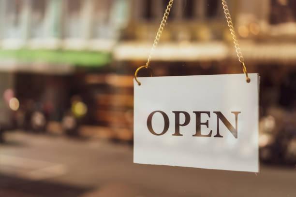 """ein geschäftsschild mit der aufschrift """"open on café or restaurant"""" hängt an der tür am eingang. vintage farbe ton stil. - offen allgemeine beschaffenheit stock-fotos und bilder"""