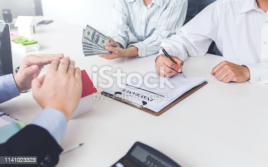 955988522istockphoto Business Signing a Contract Buy - sell house. 1141023323