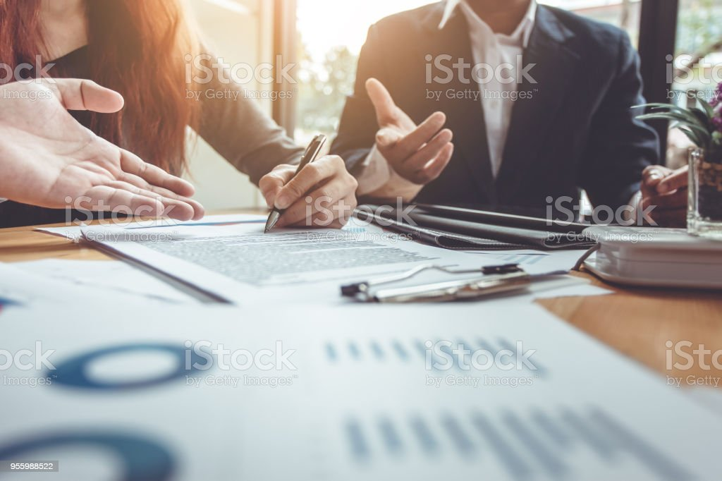 Empresa firma un contrato de compra - Vendo casa. - foto de stock