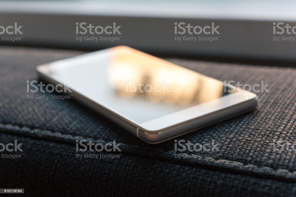 Business-Smartphone mit Reflexion auf die Armlehne der Couch liegend - Lizenzfrei Arbeiten Stock-Foto