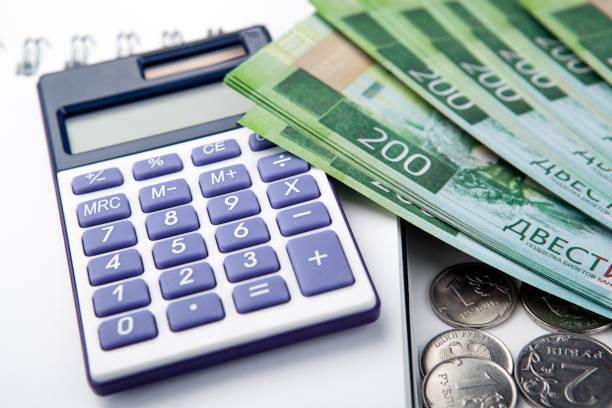 계산기와 러시아 지폐 200 루블의 번들에서 비즈니스 정 클로즈업 - 러시아 루블 뉴스 사진 이미지