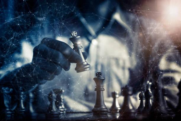 Geschäftsstrategie Brainstorming Schachbrettspiel mit Hand-Touch-schwarz-Hintergrund mit kostenlosem Kopierplatz für Ihren Text – Foto