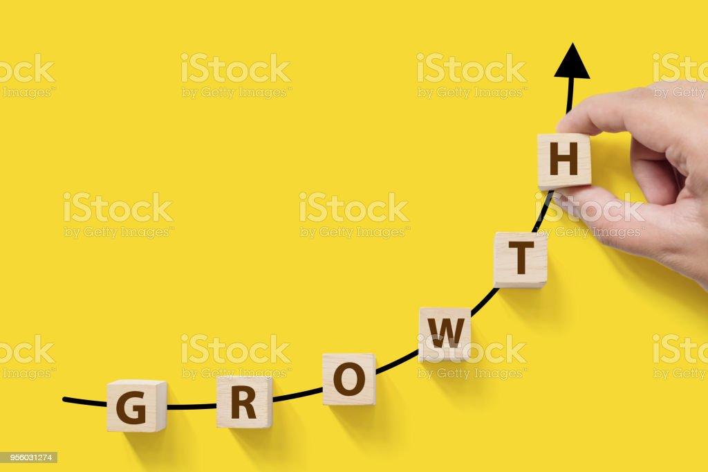 Wachsenden Unternehmenswachstum Erfolg erhöhen-up Konzept. Bewaldeten Cube Block auf weißem Hintergrund mit Wort Wachstum und textfreiraum für Ihren text – Foto