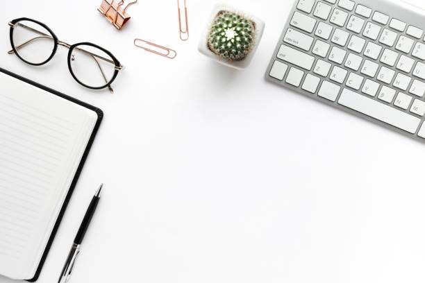piano da tavolo da lavoro con forniture da ufficio fittizie su sfondo bianco. design piatto. - flat lay foto e immagini stock