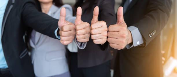 ビジネス チームは親指を達成プロジェクト、ビジネス コンセプトをあきらめています。 - 親指 ストックフォトと画像
