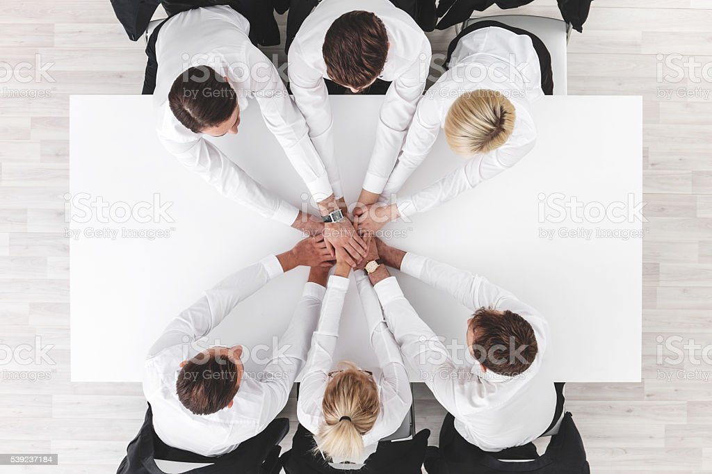 El equipo de negocios alrededor de mesa foto de stock libre de derechos