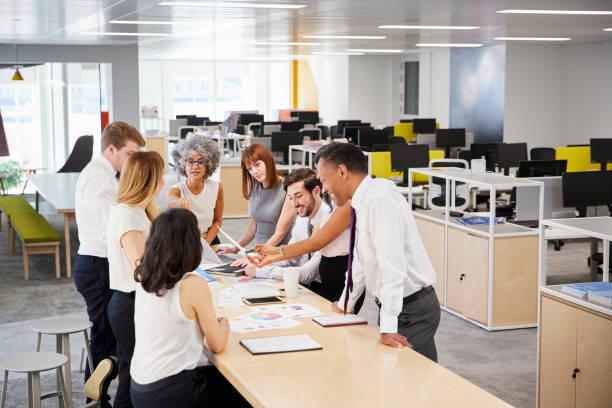 Equipe de negócios ideia genial no escritório de plano aberto, vista elevado - foto de acervo