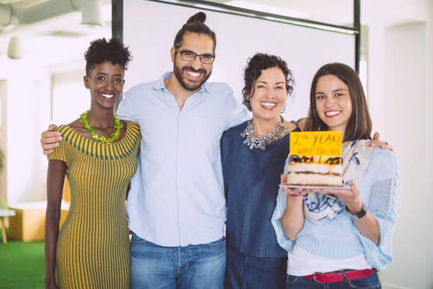 business-team feiert ihr zweite jahr - super torte stock-fotos und bilder