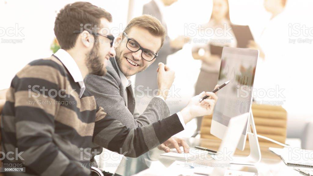 equipo de negocios discutiendo planes de marketing en el lugar de trabajo en el fondo de empleados de la empresa - Foto de stock de Adulto libre de derechos