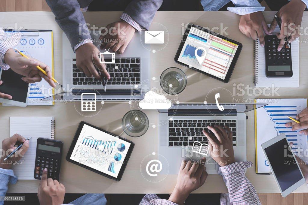 ONLINE-Werbung Business Team Hände bei Arbeiten mit Finanzberichte und einem laptop – Foto
