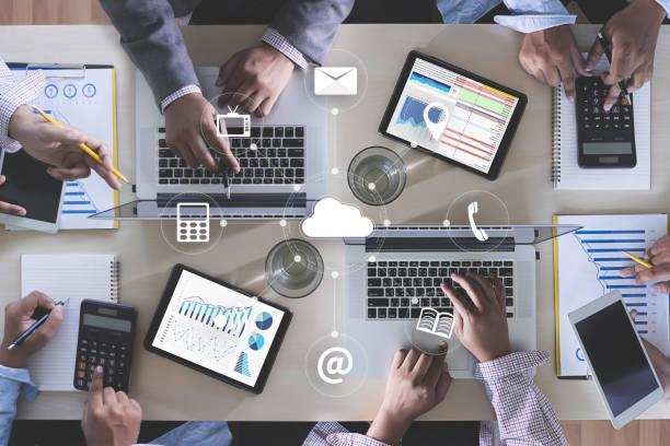 online-werbung business team hände bei arbeiten mit finanzberichte und einem laptop - target raumgestaltung stock-fotos und bilder