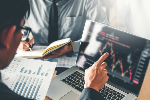 business team investment entrepreneur trading discussing and analysis graph stock market trading,stock chart concept - scambio commerciale foto e immagini stock