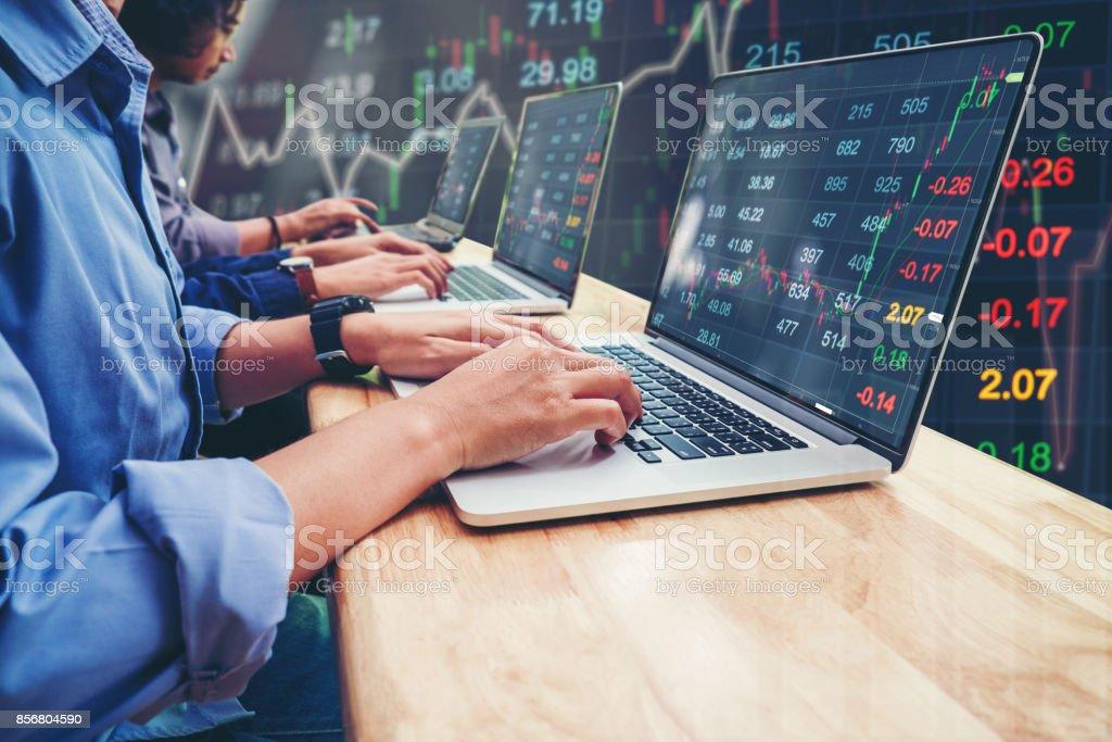 Negocio inversión equipo emprendedor comercio trabajando en ordenador portátil bolsa mercado intercambio de información y gráfico comercial - foto de stock
