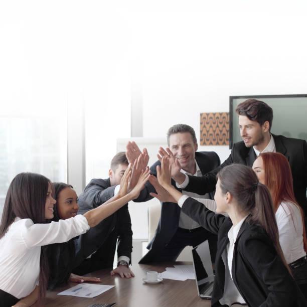 Business-Team machen hohe fünf – Foto