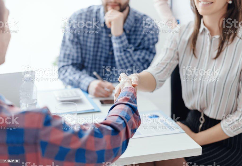 Reunião da equipe de negócios no escritório - foto de acervo