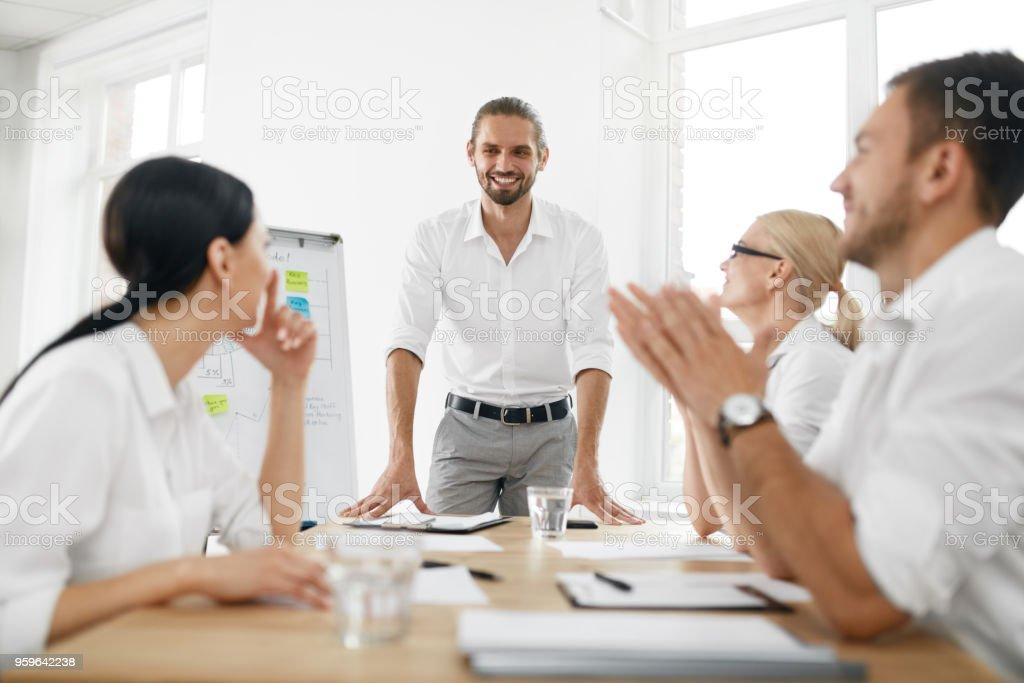 Reunión de equipo de negocios. Hombre que hace presentación en la oficina - Foto de stock de Adulto libre de derechos
