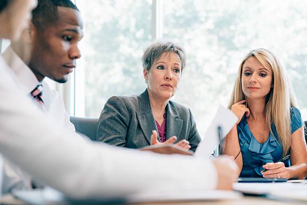 reunião da equipe de negócios - senior business woman tablet imagens e fotografias de stock