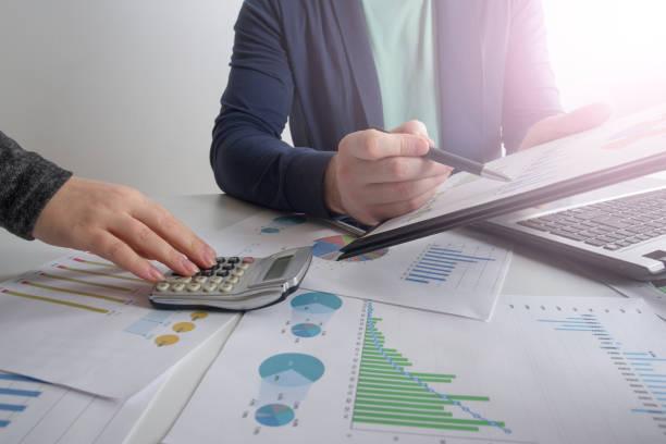 Present.professional investisseur travaillant avec le nouveau projet de démarrage de réunion de l'équipe entreprise. Tâche de gestionnaires de finances - Photo