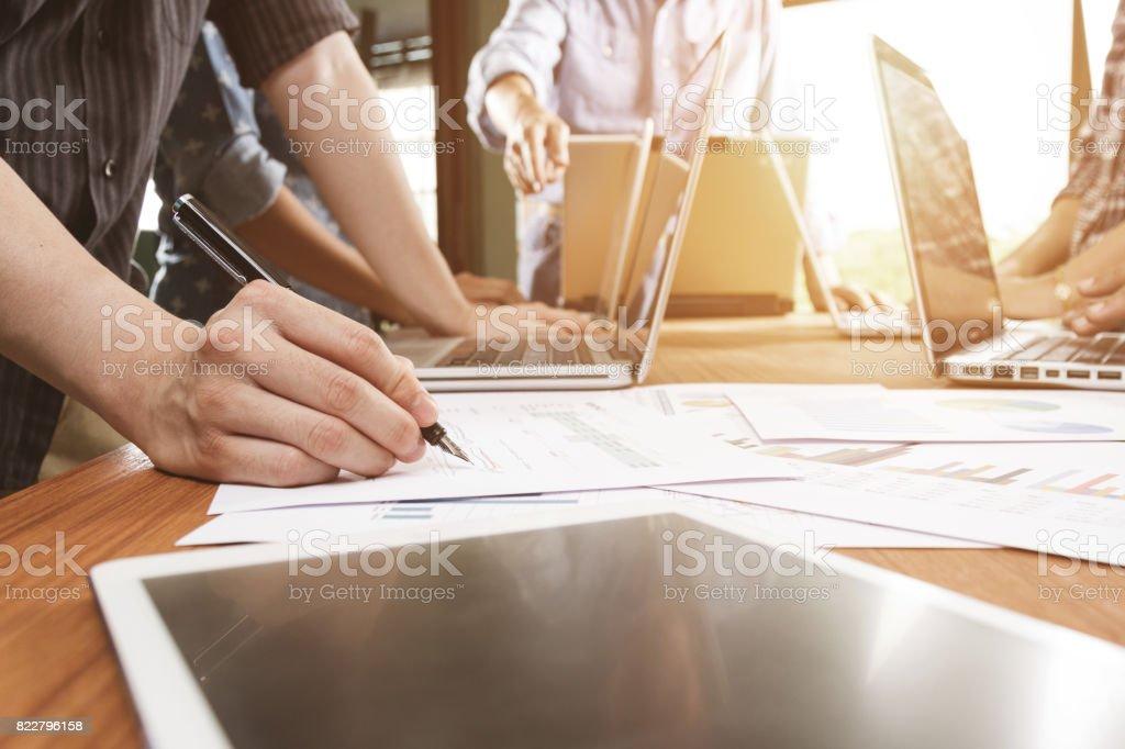 Business-Team-Meeting Geschäftsdokument Projekt diskutieren – Foto