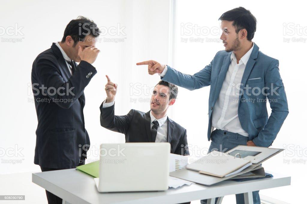 Business Team Punkt Menschen Fehler Arbeit. Ernsthaft darüber diskutiert die Arbeit als Team im Büro. – Foto