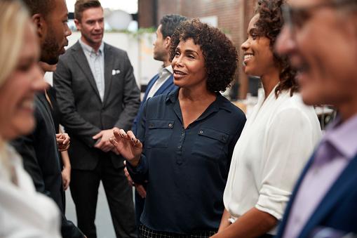 Business Team Standing Haben Informelles Treffen Im Modernen Büro Stockfoto und mehr Bilder von Afro-amerikanischer Herkunft