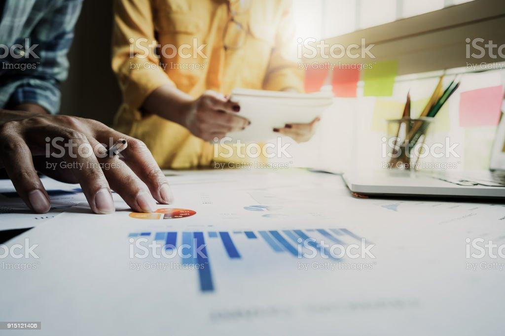Business Team Unterstützung und Meeting-Konzept. Gruppe von Investor arbeiten und deutete auf finanzielle Papierkram Finance Aufgabe. – Foto