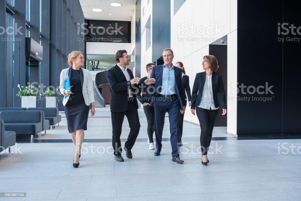 Business-Team gemeinsam gehen – Foto