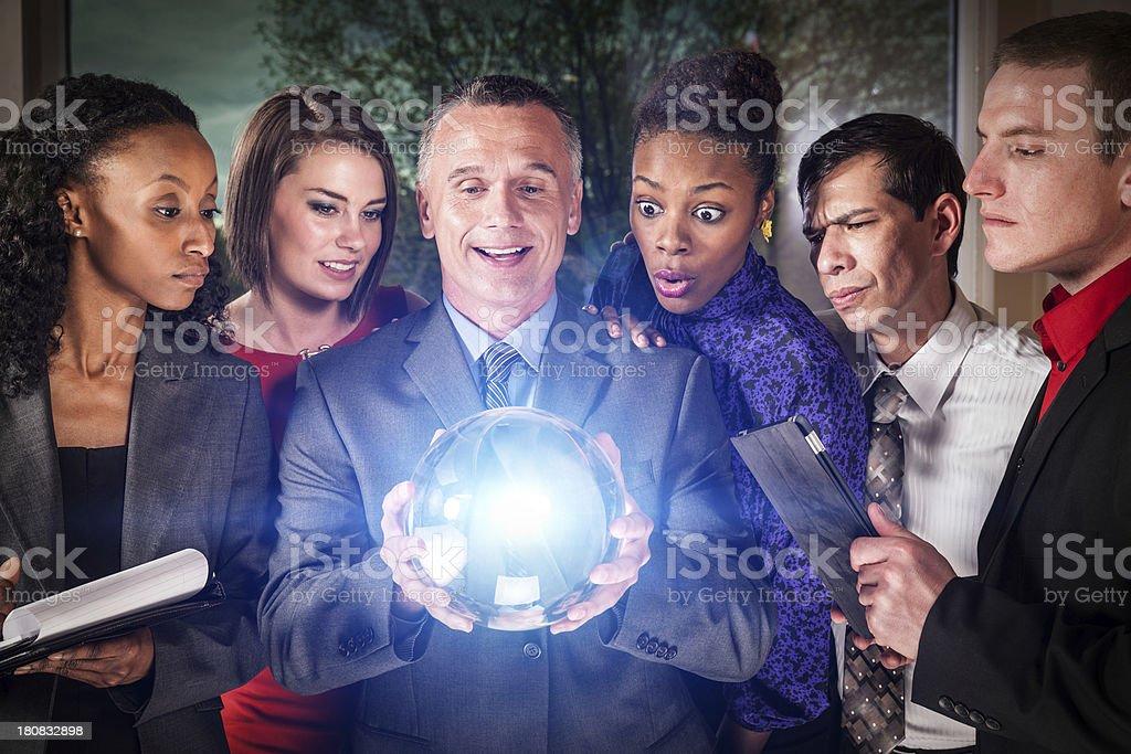 Equipo de negocios con bola de cristal - foto de stock