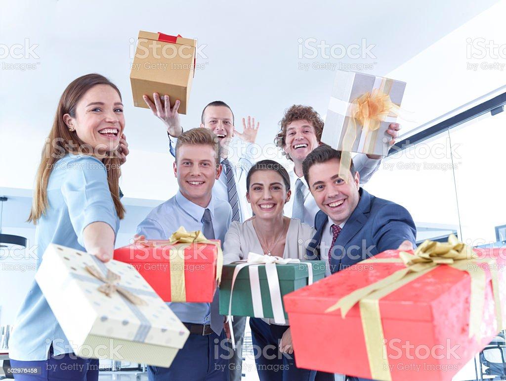 Equipo de negocios con las cajas de regalo - foto de stock